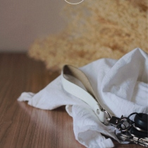 ◄ LIM : White leather strap keychain ► at Blisby